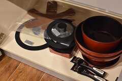 IHクッキングヒーターの下は、共用の鍋やフライパンが収納されています。(2017-02-22,共用部,KITCHEN,1F)