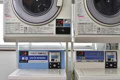 洗濯機と乾燥機はコイン式です。(2017-02-22,共用部,LAUNDRY,4F)