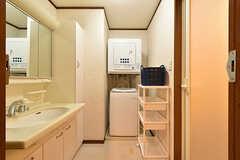脱衣室に設置された洗面台と洗濯機の様子。(2016-07-05,共用部,LAUNDRY,3F)