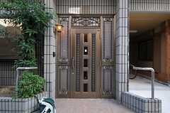 玄関ドアの様子。(2013-10-14,周辺環境,ENTRANCE,1F)