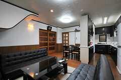 リビングの様子2。ソファが向かい合わせて置かれています。(2013-10-14,共用部,LIVINGROOM,1F)