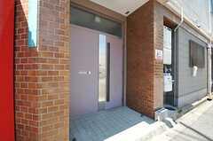 シェアハウスの玄関ドア。(2013-09-19,周辺環境,ENTRANCE,1F)
