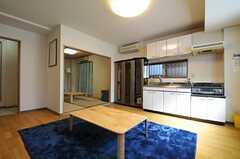 リビングの様子3。キッチンが併設されています。(2013-09-19,共用部,LIVINGROOM,1F)