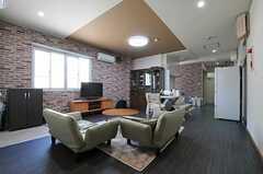 リビングの様子4。奥にキッチンがあります。(2013-09-19,共用部,LIVINGROOM,3F)
