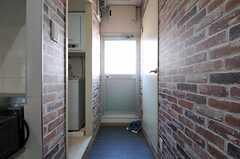 正面のドアからベランダに出られます。(2013-09-19,共用部,OTHER,3F)