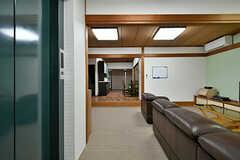 玄関側から見たリビングの様子。左手にエレベーターがあります。(2017-02-07,共用部,LIVINGROOM,1F)