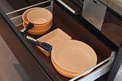 フライパンや鍋類は引き出しに収納されています。(2015-11-16,共用部,KITCHEN,2F)