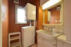 脱衣室の様子。洗面台と洗濯機・乾燥機が設置されています。(2015-11-16,共用部,BATH,4F)
