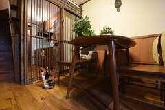 ドアの先がキッチンです。猫は立ち入り禁止です。(2016-11-01,共用部,LIVINGROOM,1F)