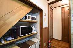 キッチンの対面は収納スペースです。収納スペースにはキッチン家電が並んでいます。奥が水まわりです。(2016-11-01,共用部,KITCHEN,1F)