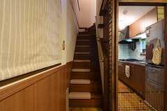 階段の様子。階段には猫が足を滑らせないための滑り止めが置かれています。(2016-11-01,共用部,OTHER,1F)