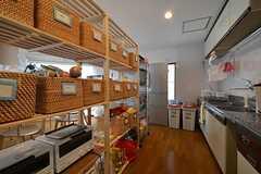 棚には部屋ごとに食材などを置けるスペースがあります。(2015-03-16,共用部,KITCHEN,5F)