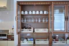 食器棚の様子。白いトレイも部屋ごとに使えます。(2015-03-16,共用部,OTHER,5F)