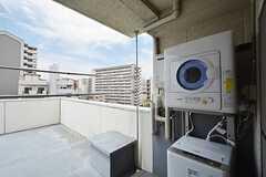 ルーフバルコニーに設置された洗濯機と乾燥機。(2015-05-18,共用部,LAUNDRY,7F)
