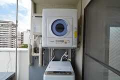 ルーフバルコニーに設置された洗濯機と乾燥機2。(2015-05-18,共用部,LAUNDRY,7F)