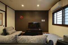 リビングの様子。ゆったりしたソファです。共用TVではブルーレイも見られます。(2015-03-16,共用部,LIVINGROOM,1F)