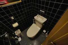 階段下のトイレ。ウォシュレット付きです。(2015-03-16,共用部,TOILET,1F)