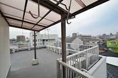 屋上の一部は屋根付きで、物干し場としても使えます。(2015-03-16,共用部,OTHER,4F)