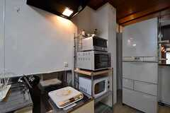 キッチン脇に収納棚が設置されています。収納棚には電子レンジやオーブントースターが置かれています。(2017-03-28,共用部,KITCHEN,1F)