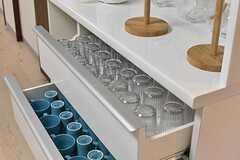 収納棚の引き出しには共用のグラスやカップが並んでいます。(2017-03-28,共用部,KITCHEN,1F)