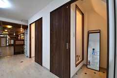 シャワールームが2室並んでいます。(2017-03-28,共用部,BATH,1F)