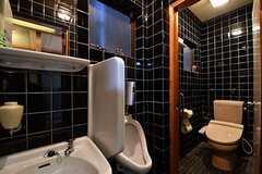 男性用の壁掛け式トイレと、ウォシュレット付きトイレが用意されています。壁掛け式トイレはその形状から朝顔とも言うそう。(2017-03-28,共用部,TOILET,1F)
