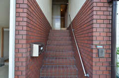 202号室はSOHO対応も可能。来客時には2Fの専用玄関を利用できます。(2014-08-05,周辺環境,ENTRANCE,1F)