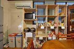 食材などを置くことができる棚は、部屋ごとに分けられています。(2015-01-13,共用部,KITCHEN,1F)