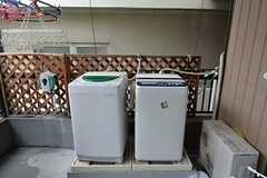 洗濯機が2台置かれています。(2015-01-13,共用部,LAUNDRY,2F)