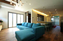 手前がソファスペースで、奥にダイニングとキッチンが続いています。(2013-10-28,共用部,LIVINGROOM,1F)