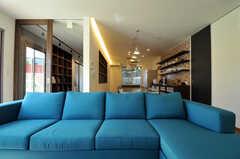 ソファも4人で座れる大型サイズ。(2013-10-28,共用部,LIVINGROOM,1F)