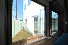 リビングから見た庭の様子。(2013-10-28,共用部,OTHER,1F)