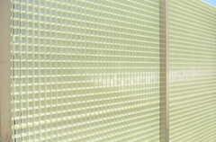 アクリル樹脂の格子状の塀には、ツル系の植物をかけてグリーンウォール風になる予定とのことです。(2013-10-28,共用部,OTHER,1F)