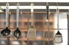 調理器具は吊るす形の魅せる収納です。(2013-10-28,共用部,KITCHEN,1F)