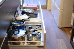 シンク下の収納には鍋類が保管されています。(2013-10-28,共用部,KITCHEN,1F)