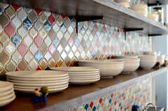 食器類が整然と並んでいます。個性的でカラフルなタイルも可愛らしい感じ。(2013-10-28,共用部,KITCHEN,1F)