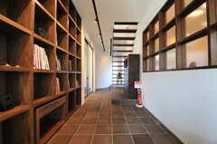 ライブラリーの様子。ベンチなどが置かれる予定です。(2013-10-28,共用部,OTHER,1F)