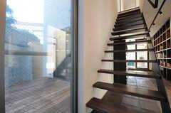 階段の様子。その脇のドアからテラスに出られます。(2013-10-28,共用部,OTHER,1F)