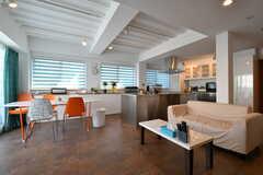 リビングの様子2。ソファとダイニングテーブルが設置されています。(2018-03-14,共用部,LIVINGROOM,3F)