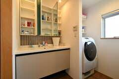 洗面台と洗濯機の様子。(2018-03-14,共用部,LAUNDRY,3F)