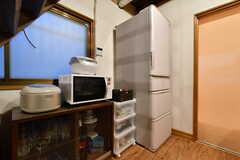 食器棚の上には炊飯器と電子レンジが設置されています。(2019-03-14,共用部,KITCHEN,1F)