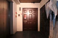 シェアハウスの正面玄関。(2010-11-26,周辺環境,ENTRANCE,7F)