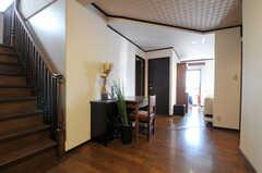 廊下には机と椅子が置いてあります。(2010-11-26,共用部,OTHER,7F)