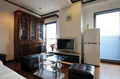 シェアハウスのリビングの様子3。掃き出し窓からはベランダに出ることが出来ます。(2010-11-26,共用部,LIVINGROOM,7F)