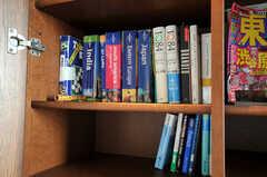 本棚には英語の旅行ガイドブックがあります。(2010-11-26,共用部,OTHER,7F)