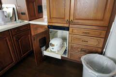 炊飯器は扉の中に収納されます。(2010-11-26,共用部,KITCHEN,7F)