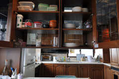 カウンター・テーブル上の食器棚の様子。(2010-11-26,共用部,KITCHEN,7F)