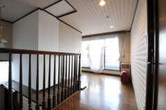 廊下の様子。窓の先は共用のベランダです。(2010-11-26,共用部,OTHER,8F)