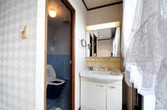 窓際には洗面台があります。(2010-11-26,共用部,OTHER,8F)