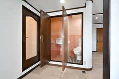 バスルームの隣にはトイレが2室並んでいます。(2018-04-11,共用部,TOILET,7F)